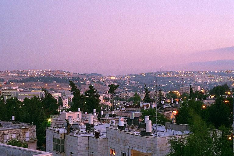 He aquí,  yo haré de Jerusalén una copa de vértigo para todos los pueblos de  alrededor,.. Y sucederá aquel día que haré de Jerusalén una piedra  pesada para todos los pueblos; todos los que la levanten serán  severamente desgarrados. Y contra ella se congregarán todas las naciones  de la tierra.